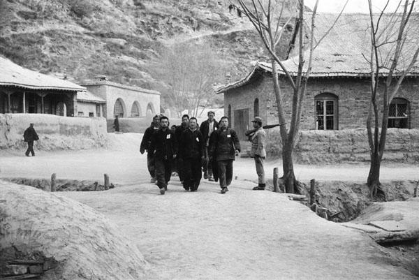 国军战士冒充共军战俘向中外记者表演[组图]