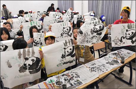 情迷中国:日本少年少女集体绘熊猫组图