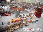 玉树废墟中挖出9尊金佛像(组图)