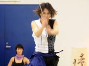日本白领女性学习武士刀减压(组图)