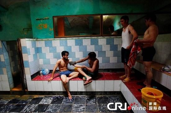 民们在一家公共浴室里洗澡.在经历了数十年的战乱后,大多数阿富图片