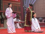 """洛阳大学生周公庙上演""""成人礼""""(组图)"""