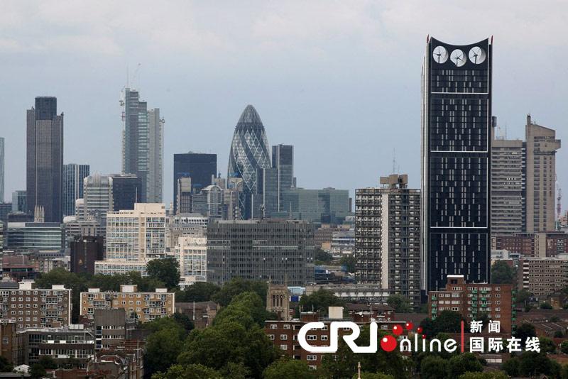 2010年8月12日,英国伦敦,位于伦敦城市天际线的斯特拉塔(Strata Tower)。这是首座融入风轮机的摩天楼大楼上三座风车将为大楼提供8%的能量,独特设计让它获得了电动剃须刀的外号。但环保未必是美,这座高达480英尺的伦敦最高住宅楼被贴上了纯视觉污染的标签。同时,也被提名为2010年英国最丑陋的建筑。
