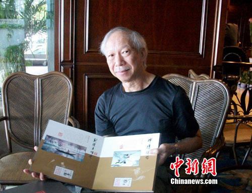 董培新手执邮票画册 作 者:林海燕图片
