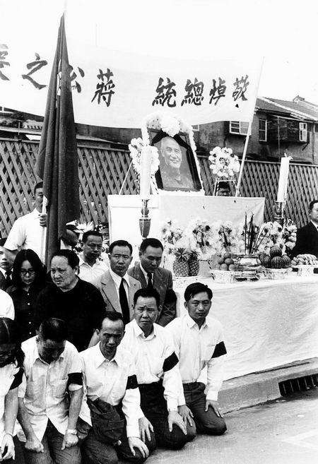 蒋介石哭泣照:《梦雨斜阳——蒋家私房照》