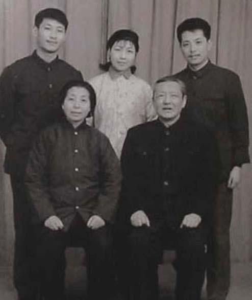 习仲勋与夫人齐心及儿子习近平旧照(组图)