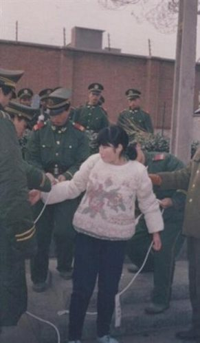 故意杀人犯陆金凤,女,20岁,小学文化程度,1975年出生在山西省运城市土怀乡陆各庄,1995年在咸阳被依法处决。陆金凤从小受父亲虐待,母亲死后被舅舅和继父撵出家门,从此流浪街头。流浪中被人收留遭性侵犯,后被逼坐台。扫黄中被捕服刑一年后遣返家乡,被继父以1000块卖给陕西省庆阳县西岭村李某某。后李某将其转卖给当地恶霸胡某。