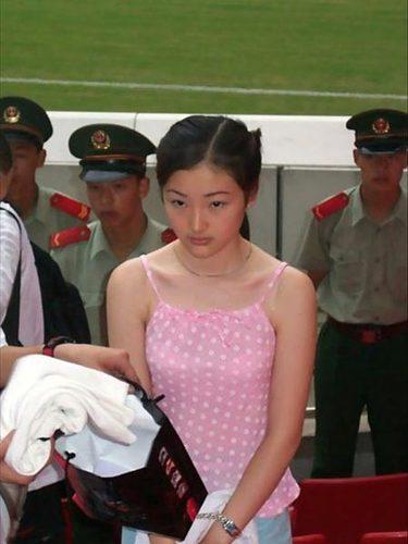 陶静,一个天生丽质的云南女孩。因替男友携毒于1991年被处以极刑,年仅20岁,成为50多年来年纪最小的女性死刑犯。此图为陶静事发被捕时的图片。从图片上可以清晰的看到有关人员正在搜查陶静携带的物品。