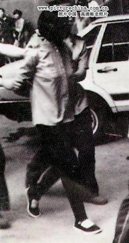 赖祥健,90年代初被枪决,据说是与人通奸,杀了自己的丈夫,死时二十余岁。图为赖祥健被押赴刑场。