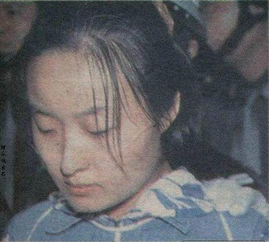 家住浦口的刘妤与王某原是小学、中学时的同班同学,但毕业后一直无联系。1998年,一次偶然相遇使得刘妤与王某擦出爱情火花。1999年11月,王某到浙江金华工作,两人仍是鸿雁传情,不堪忍受思念之苦的刘妤还独自一人跑到金华看望王某,王某十分感动。但刘妤却感到一丝酸楚,认为自己是初中毕业,而王则雄心勃勃准备考大学,且王的母亲也要求她要拿到大学文凭,否则不许进门,刘妤感到压力很大。